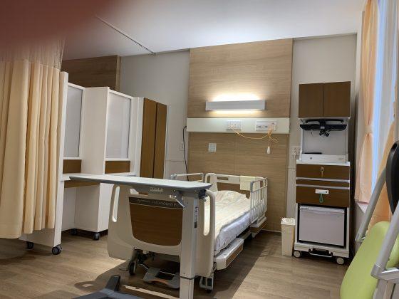 また現実的なメリットとして、差額のない4人床が満室であることが多いのに対して、隣が空床の確率が少し高くなります
