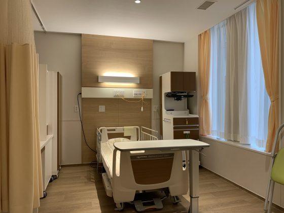 隣と収納家具で仕切られておりプライバシーを確保しやすくなっています。テレビと冷蔵庫が料金に含まれています。また現実的なメリットとして、差額のない4人床が満室であることが多いのに対して、隣が空床の確率が少し高くなります